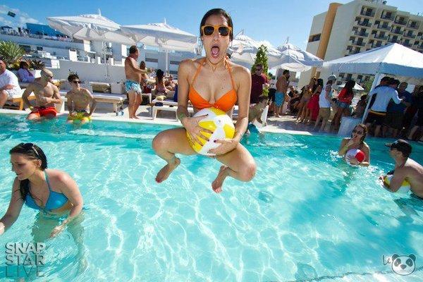 Fiesta en la piscina sex and skate and rock n roll for Fiesta de piscina